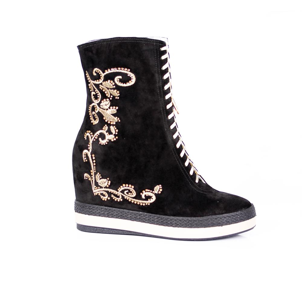 Дамски спортни обувки естествен велур с бродерия - 1
